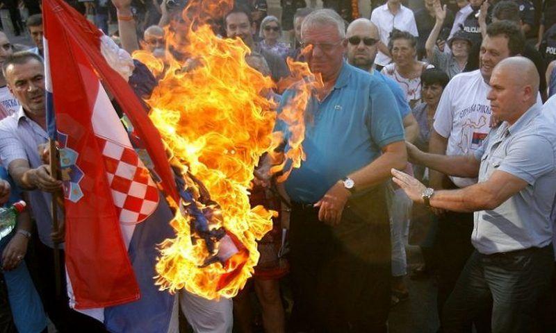 Šešelj pali hrvatski zastavu